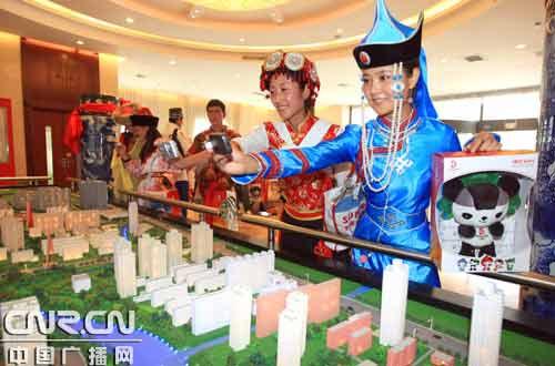 """蒙古族姑娘阿如罕在参观""""北京时装之都商务核心区""""规划展"""