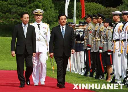 8月25日,正在韩国进行国事访问的国家主席胡锦涛出席韩国总统李明博在青瓦台为他举行的隆重欢迎仪式。这是胡锦涛主席在李明博总统陪同下检阅仪仗队。 新华社记者 李学仁摄