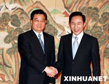 正在韩国进行国事访问的国家主席胡锦涛在首尔青瓦台同韩国总统李明博举行会谈。 新华社记者 鞠鹏摄