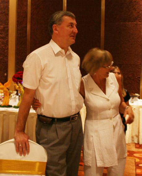图文:篮协举办庆功宴 尤纳斯与太太