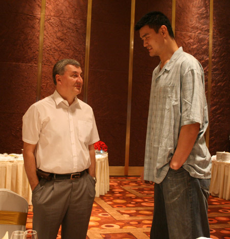 图文:篮协举办庆功宴 尤纳斯与姚明