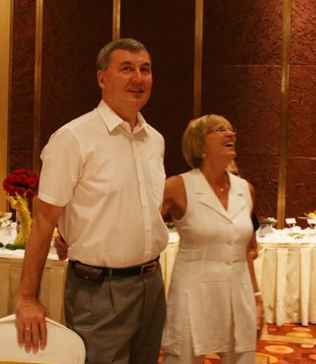 图文:篮协举办庆功宴 尤纳斯与老婆