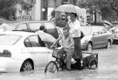 """上海降暴雨三轮车充当""""摆渡车"""" 百米收费10元"""
