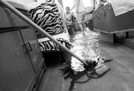 东安一村内积水严重,多户底楼居民家中进水