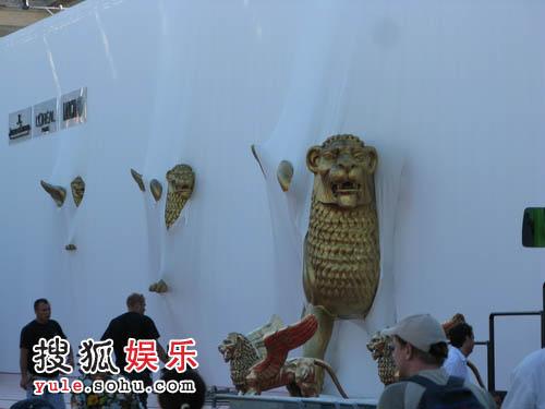 电影宫墙壁上的三只狮子是《理发师陶德》的艺术指导Dante Ferretti的作品