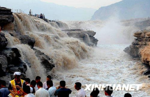 8月25日,游人在黄河壶口瀑布游览。