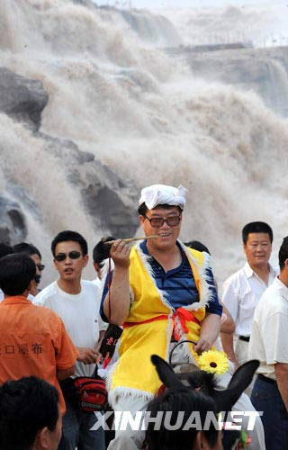 8月25日,游人在黄河壶口瀑布游览。新华社记者陶明摄