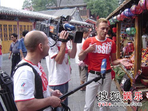 为俄罗斯观众讲解中国传统工艺