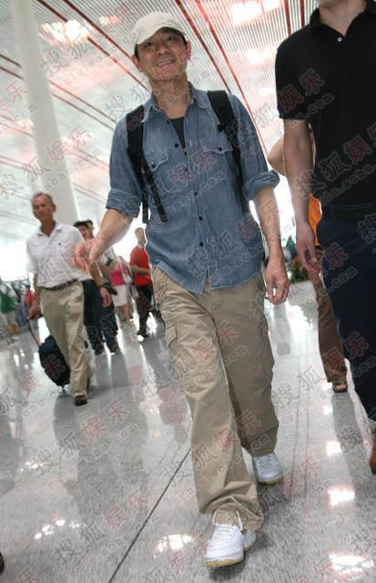 刘德华平民装扮现身机场