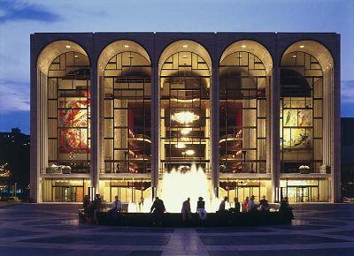 美国大都会歌剧院   美国大都会歌剧院是歌剧界中举足轻重的超一流艺术殿堂。1883年10月22日,大都会歌剧院正式开幕。歌剧表演朴实,但场内却极尽豪奢,单是一个华丽的马蹄形观众大厅就耗去了大部分建筑资金。目前的大都会歌剧院则建于1965年,是纽约林肯表演艺术中心的核心部分。