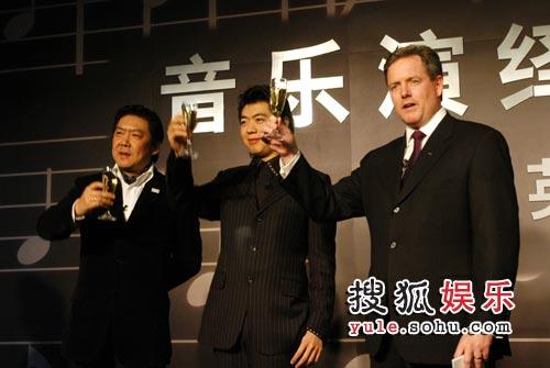 奥迪中国区执行总监何闻山先生(右一)与余隆(左一)和郎朗举杯庆祝