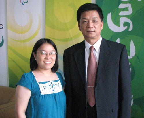 北京奥组委技术部部长、技术运行中心主任杨义春与搜狐IT编辑合影