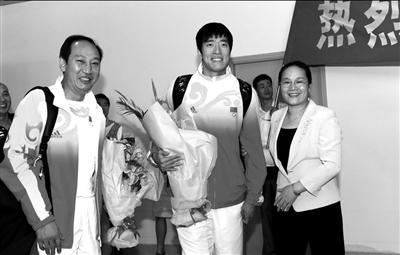 """上海市副市长赵雯(右)亲自在机场迎接""""飞人""""刘翔、教练孙海平。 图/Osports"""