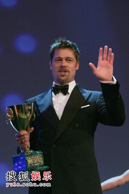 皮特手拿金碗向观众挥手致意。