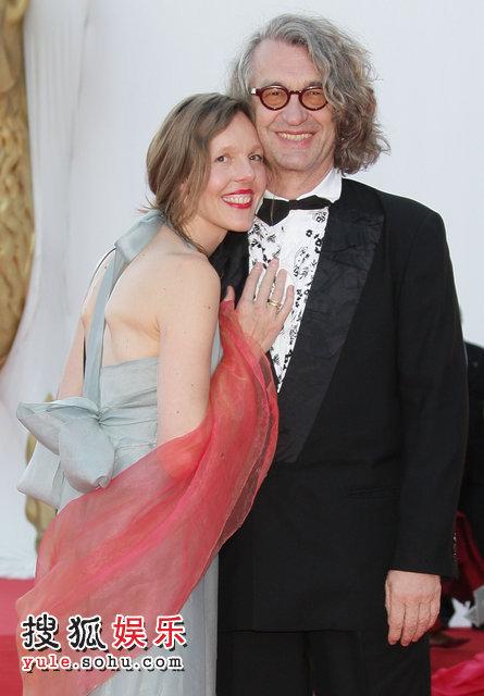 评委团主席维姆·文德斯携妻子甜蜜亮相