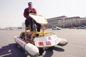 江上骑行。记者李子云 摄
