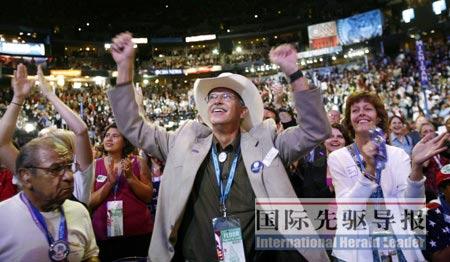 大会上的民主党人就像摇滚音乐会中的歌迷一般手舞足蹈。路透社