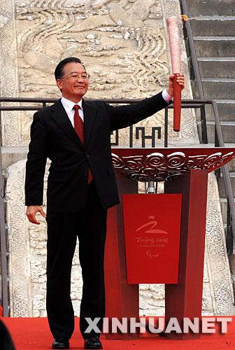 8月28日,北京残奥会圣火采集暨火炬接力启动仪式在北京天坛祈年殿南广场举行。这是中共中央政治局常委、国务院总理温家宝点燃圣火盆后向现场观众致意。 新华社记者高洁摄