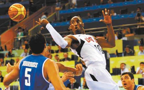 8月14日,美国队球员科比·布莱恩特(右)在比赛中传球。当日,在北京奥运会男篮小组赛中,美国队以92比69战胜希腊队。新华社记者罗更前摄