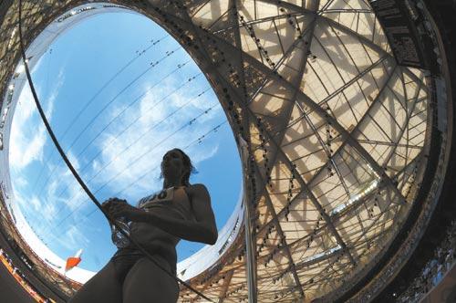"""8月15日,澳大利亚选手凯莉·惠勒在女子七项全能比赛中。当日,北京奥运会田径比赛在国家体育场""""鸟巢""""拉开帷幕。"""