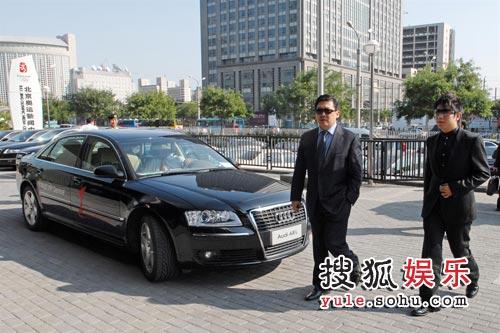 国际著名指挥家余隆(左)和著名钢琴演奏家、奥迪全球品牌形象大使郎朗(右)走下奥迪贵宾用车