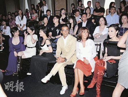 陈法蓉(左一)与李嘉欣(右一)虽然同是港姐冠军,但各据一方,全程零交流,互当透明