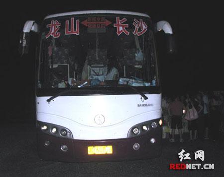 这台大客车不仅严重超员而且非法运输大量野生保护动物。