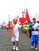 图文:残奥会圣火在西安进行传递 火炬手李世政