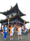 图文:火炬手刘新锋和下一棒石卫平展示火炬