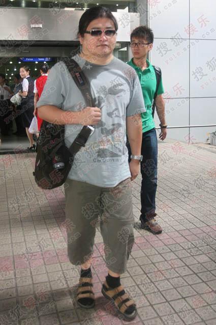 低调的刘欢一身休闲装抵达机场