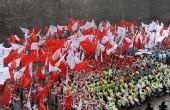 图文:残奥圣火西安传递 观众在结束仪式上挥旗