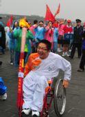 图文:残奥会圣火在西安进行传递 火炬手王延