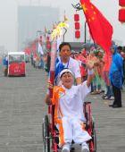 图文:残奥会圣火在西安进行传递 火炬手刘爱玲