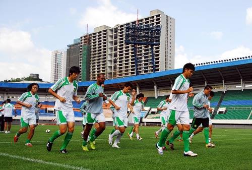 图文:成足备战北京 国安队员慢跑