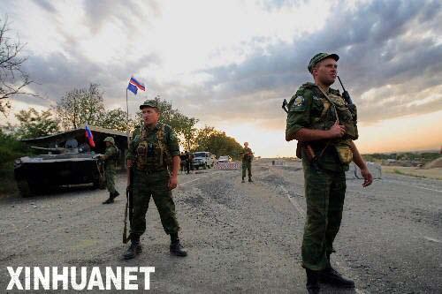 8月22日,几名俄罗斯士兵站在距离格鲁吉亚战略要地哥里市约20公里的俄军哨卡前。当日,俄军从哥里完全撤出,结束了对其近10天的控制。至此,俄罗斯按计划顺利完成从格鲁吉亚撤军的任务。新华社记者沈伯韩摄