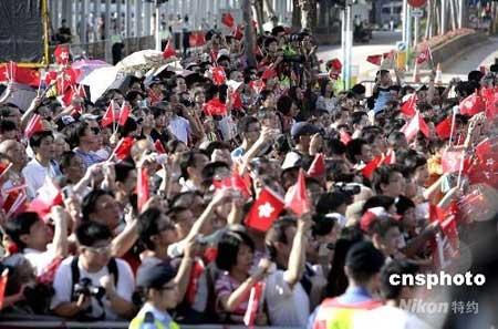 八月三十日上午,北京奥运会内地金牌运动员在香港金紫荆广场观看升旗礼后与香港市民见面。图为热情的市民争睹金牌运动员的风采。中新社发张勤 摄