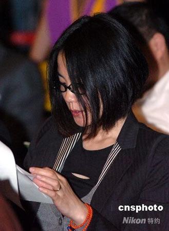 """五月二十一日晚,香港佛教界在红磡体育馆举行""""息灾祈福冥阳两利法会"""",为受四川地震遇难同胞超渡亡灵。图为歌星王菲专程来香港出席。中新社发 邓庆乐 摄"""