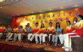 图文:金牌选手与香港志愿者座谈 邹市明发言