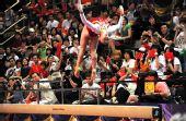 图文:金牌选手在港表演 李珊珊在平衡木表演中