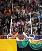 图文:金牌选手在港表演 陈一冰表演吊环