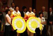 图文:金牌选手与香港市民联欢 孟/杨接受礼物