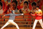 图文:金牌选手与香港市民联欢 仲满指导击剑