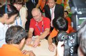 图文:残奥会主席参观温馨家园 与智障人士