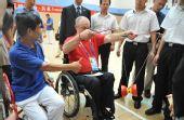 图文:残奥会主席参观温馨家园 学习抖空竹