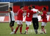 图文:[中超]成都1-1北京 成足不服裁判哨声