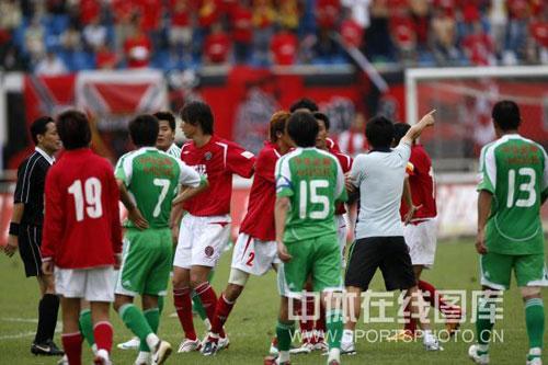 图文:[中超]成都1-1北京 成足队员对裁判不满