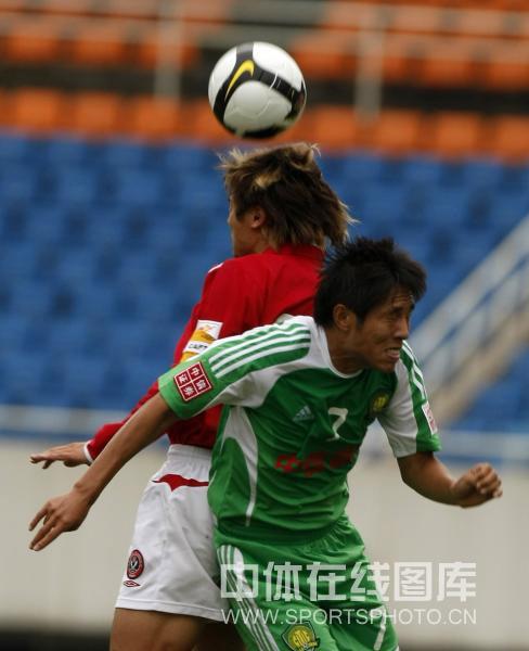 图文:[中超]成都1-1北京 汪嵩与王长庆拼抢