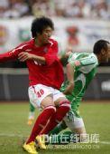 图文:[中超]成都1-1北京 石俊激烈拼抢