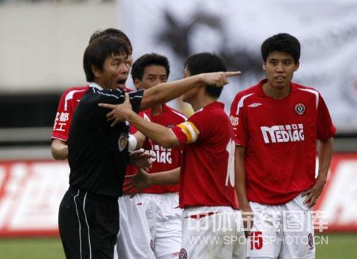 图文:[中超]成都1-1北京 裁判坚决判罚