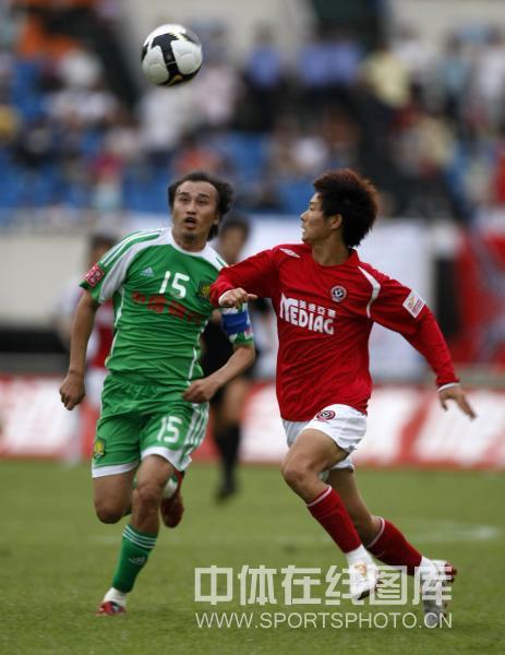 图文:[中超]成都1-1北京 陶伟和对手拼抢